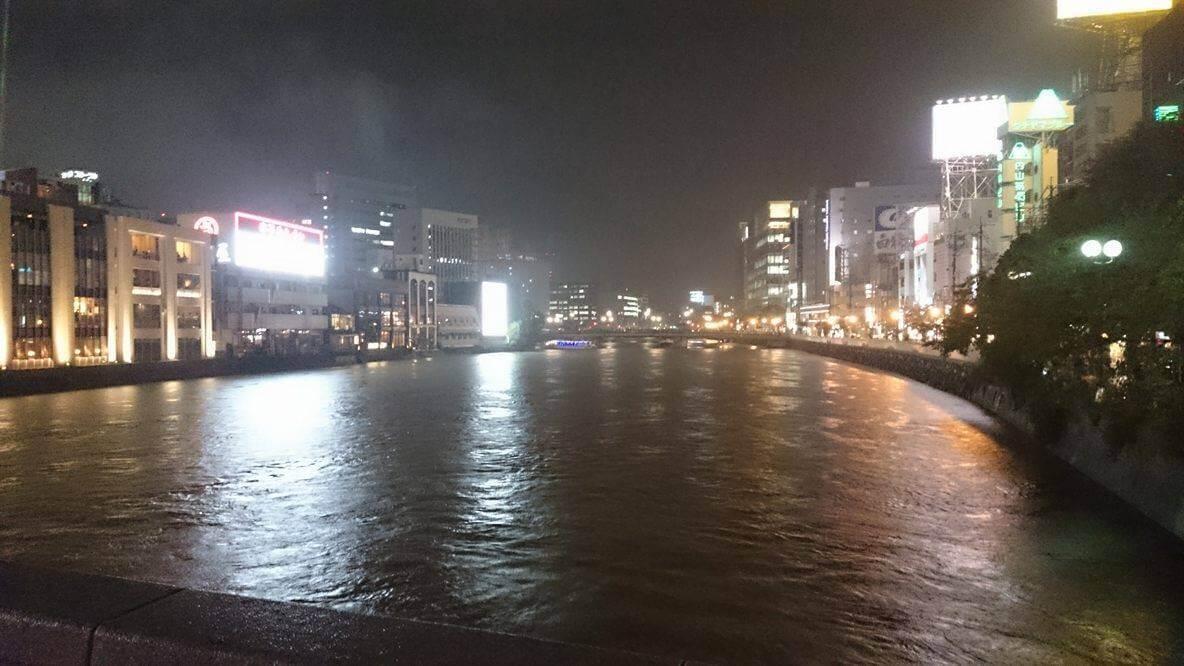 大雨の中、福岡市内で浮気調査